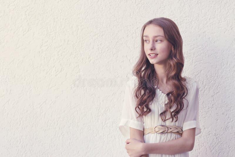 Μυστήριο χαριτωμένο κορίτσι που θέτει έξω στοκ εικόνα