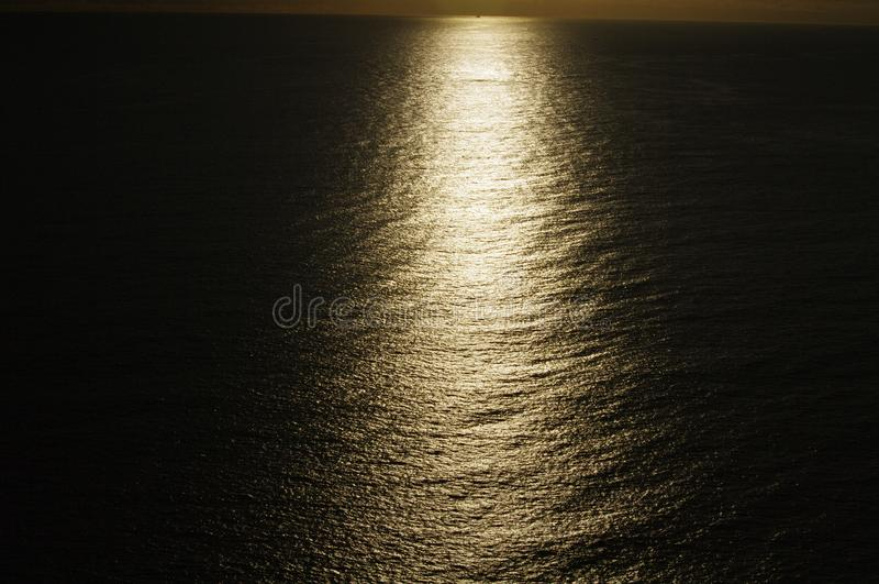 Μυστηριώδες ηλιοβασίλεμα που παρουσιάζει ράβδωση του φωτός πέρα από τον ωκεανό στοκ εικόνα με δικαίωμα ελεύθερης χρήσης