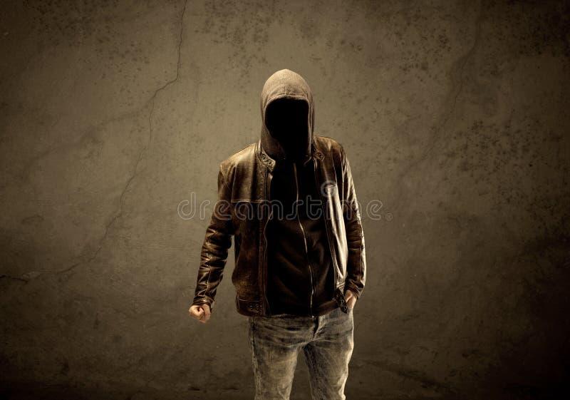 Μυστικός με κουκούλα ξένος στο σκοτάδι στοκ φωτογραφίες με δικαίωμα ελεύθερης χρήσης
