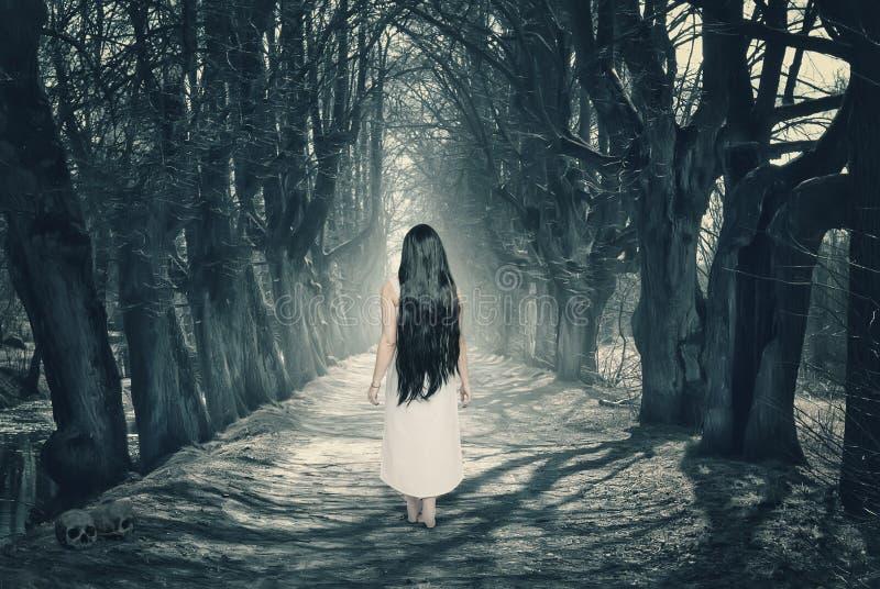 Μυστικό δάσος αποκριών με το φάντασμα στοκ φωτογραφία με δικαίωμα ελεύθερης χρήσης