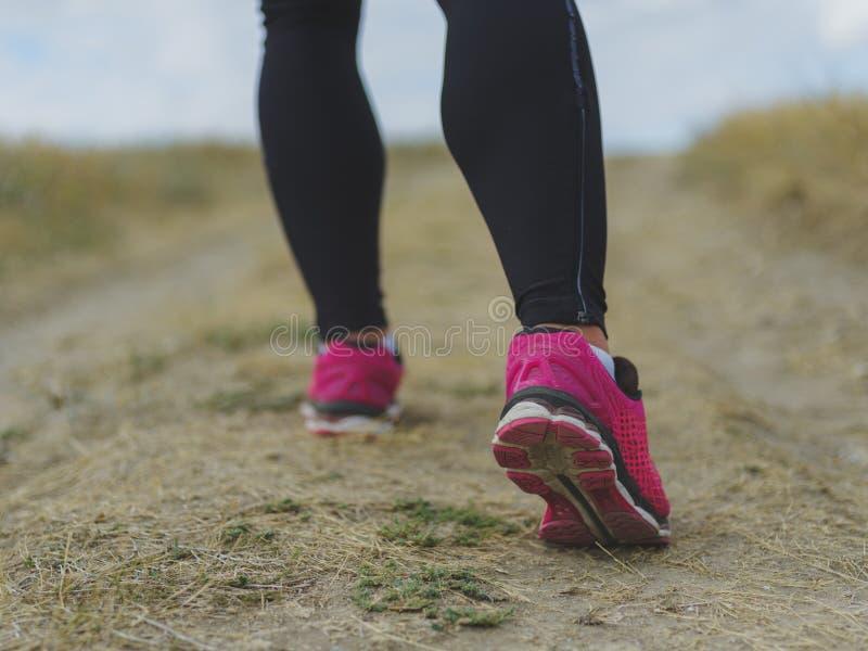 Μυϊκά πόδια κινηματογραφήσεων σε πρώτο πλάνο Άτομο που τρέχει σε ένα θολωμένο υπόβαθρο Τρέξιμο, έννοια περπατήματος Έννοια αθλητι στοκ εικόνα με δικαίωμα ελεύθερης χρήσης