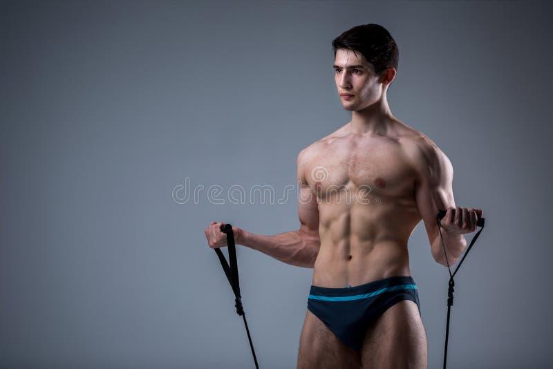 Μυϊκοί νέοι αρσενικοί παλαιοί τέλειοι μυ'ες ικανότητας έξι πακέτα των ABS και των γυμνών πρότυπων τραίνων θωρακικού Bodybuilder μ στοκ φωτογραφία με δικαίωμα ελεύθερης χρήσης