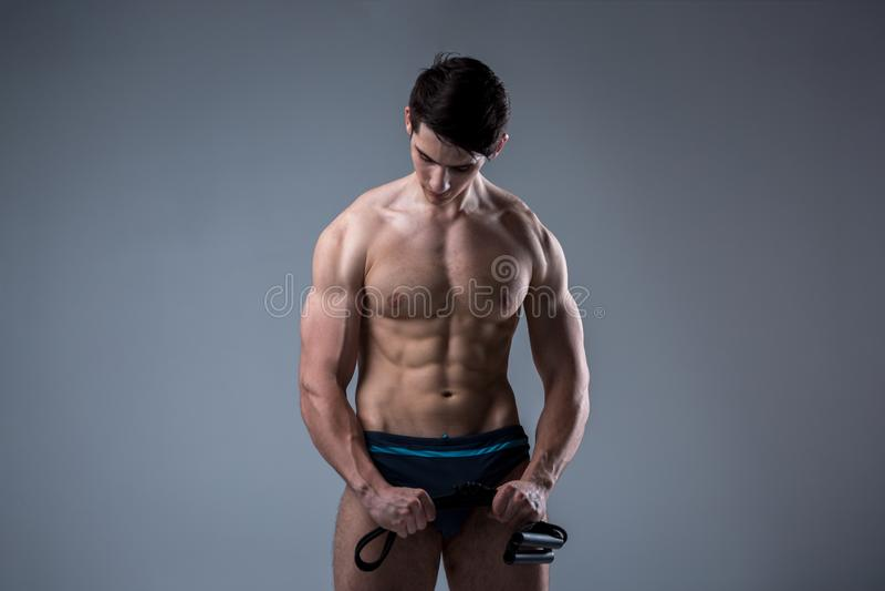 Μυϊκοί νέοι αρσενικοί παλαιοί τέλειοι μυ'ες ικανότητας έξι πακέτα των ABS και των γυμνών πρότυπων τραίνων θωρακικού Bodybuilder μ στοκ εικόνα