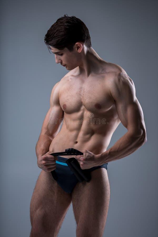Μυϊκοί νέοι αρσενικοί παλαιοί τέλειοι μυ'ες ικανότητας έξι πακέτα των ABS και των γυμνών πρότυπων τραίνων θωρακικού Bodybuilder μ στοκ φωτογραφίες με δικαίωμα ελεύθερης χρήσης