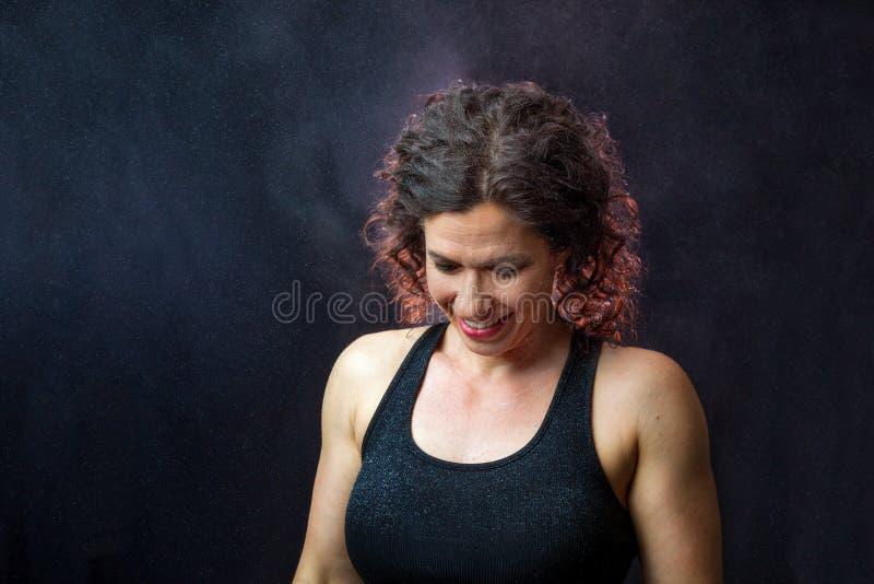 Μυϊκός θηλυκός εκπαιδευτής που φαίνεται κάτω με την αναδρομικά φωτισμένη κιμωλία όλο το Arou στοκ φωτογραφία με δικαίωμα ελεύθερης χρήσης