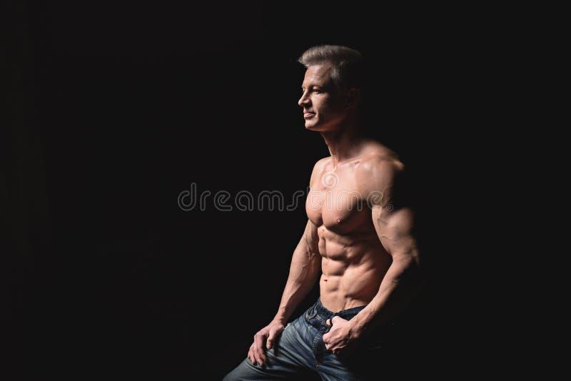 Μυϊκός και προκλητικός κορμός του νεαρού άνδρα που έχουν τα τέλεια ABS, bicep και του θωρακικού αρσενικού hunk με το αθλητικό σώμ στοκ εικόνα με δικαίωμα ελεύθερης χρήσης