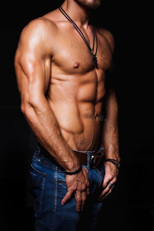 Μυϊκός και προκλητικός κορμός του νεαρού άνδρα με τα τέλεια ABS στοκ εικόνες