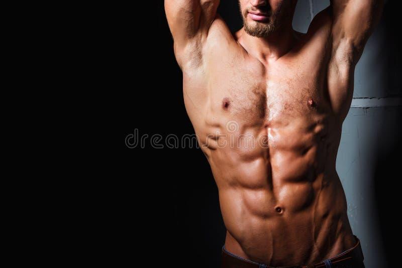 Μυϊκός και προκλητικός κορμός του νεαρού άνδρα που έχει τα τέλεια ABS Αρσενικό hunk με το αθλητικό σώμα χαλάρωση ικανότητας έννοι στοκ εικόνα