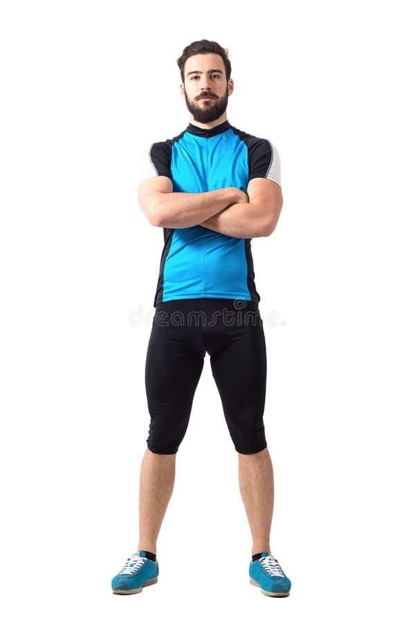 Μυϊκός κατάλληλος ποδηλάτης αθλητικών τύπων sportswear με τα διασχισμένα όπλα που εξετάζει τη κάμερα στοκ φωτογραφίες με δικαίωμα ελεύθερης χρήσης