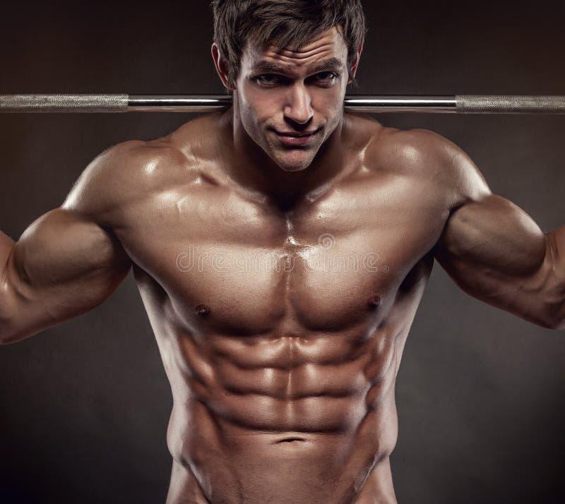 Μυϊκός τύπος bodybuilder που κάνει τις ασκήσεις με τους αλτήρες πέρα από το bla στοκ εικόνα