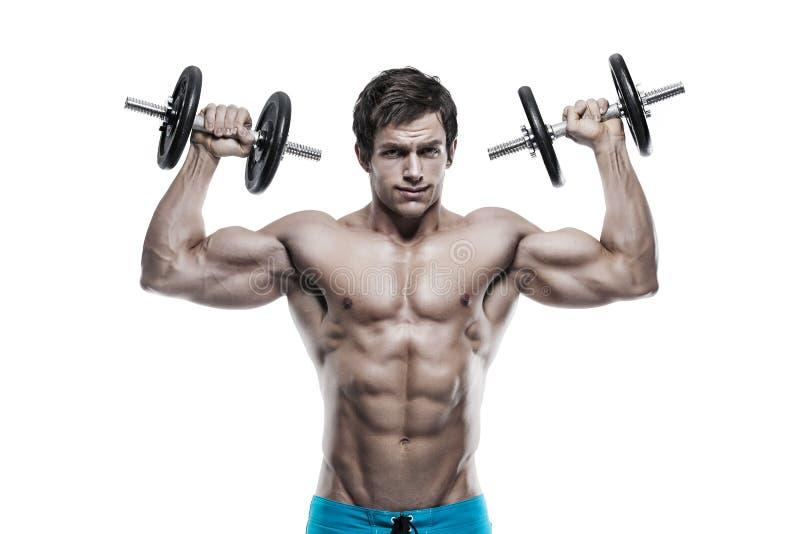 Μυϊκός τύπος bodybuilder που κάνει τις ασκήσεις με τους αλτήρες πέρα από το whi στοκ εικόνα