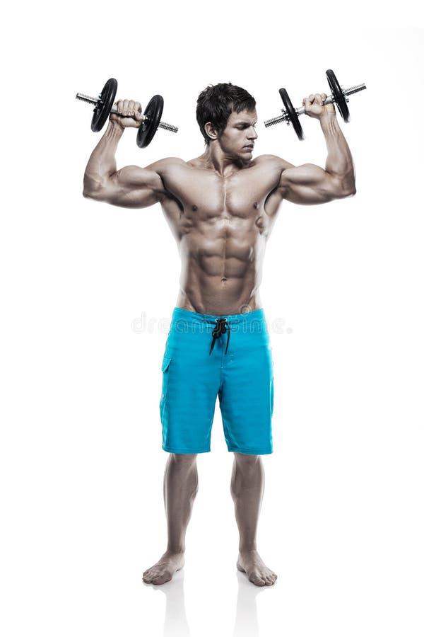 Μυϊκός τύπος bodybuilder που κάνει τις ασκήσεις με τους αλτήρες πέρα από το whi στοκ εικόνες