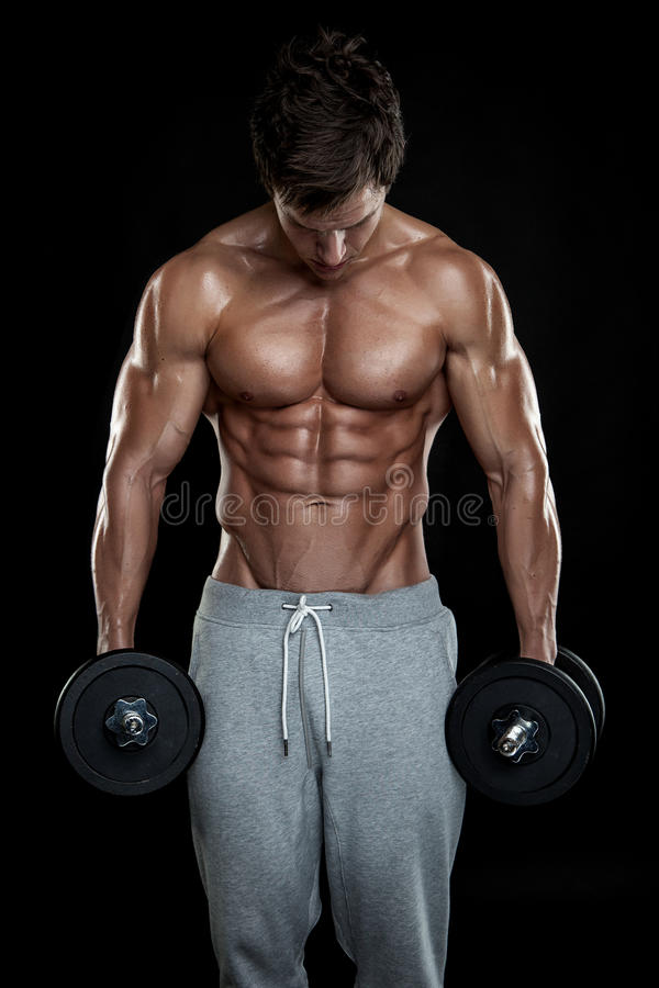 Μυϊκός τύπος bodybuilder που κάνει τις ασκήσεις με τους αλτήρες στοκ εικόνα με δικαίωμα ελεύθερης χρήσης