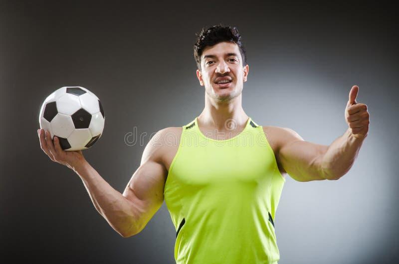 Download Μυϊκό άτομο με τη σφαίρα ποδοσφαίρου Στοκ Εικόνα - εικόνα από πρωτάθλημα, αρσενικό: 62710721