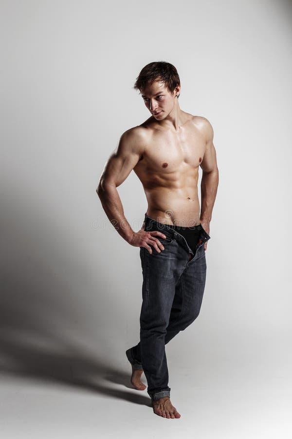 Μυϊκό αρσενικό πρότυπο bodybuilder με τα ξεκουμπωμένα τζιν Στούντιο SH στοκ φωτογραφίες με δικαίωμα ελεύθερης χρήσης
