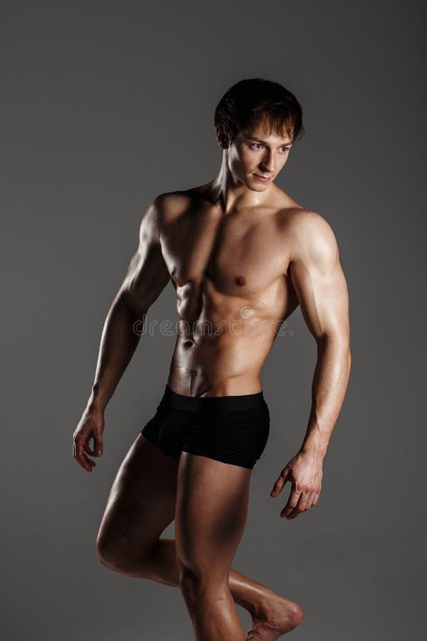 Μυϊκό αρσενικό πρότυπο bodybuilder πρίν εκπαιδεύει Στούντιο πυροβοληθε'ν επάνω στοκ φωτογραφία με δικαίωμα ελεύθερης χρήσης