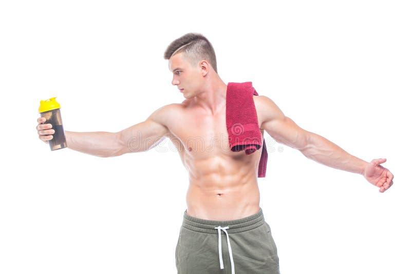 Μυϊκό πόσιμο νερό ατόμων με την κόκκινη πετσέτα πέρα από το λαιμό, που απομονώνεται στο άσπρο υπόβαθρο στοκ εικόνες