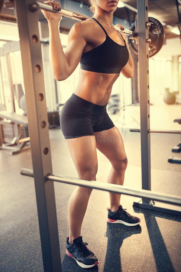 Μυ'ες άσκησης Bodybuilder με το barbell στη γυμναστική στοκ εικόνες με δικαίωμα ελεύθερης χρήσης