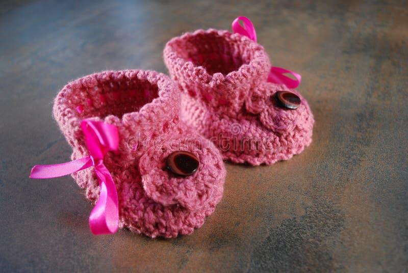 Μωρά Bootes τσιγγελακιών Πρώτα παπούτσια για τα παιδιά στοκ εικόνες με δικαίωμα ελεύθερης χρήσης
