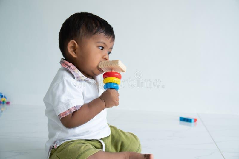 μωρό αγόρι παίζει ξύλινο παιχνίδι στο δωμάτιο στοκ φωτογραφία με δικαίωμα ελεύθερης χρήσης