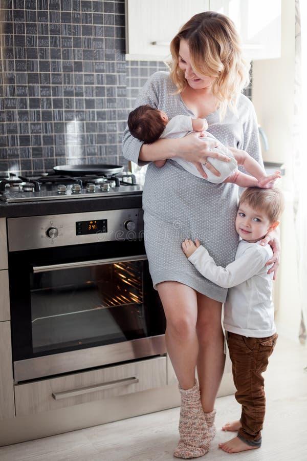 μωρό αυτή μητέρα νεογέννητη στοκ εικόνα με δικαίωμα ελεύθερης χρήσης