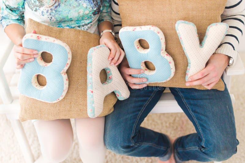 Μωρό εμβλημάτων οικογενειακών συζύγων στοκ εικόνες