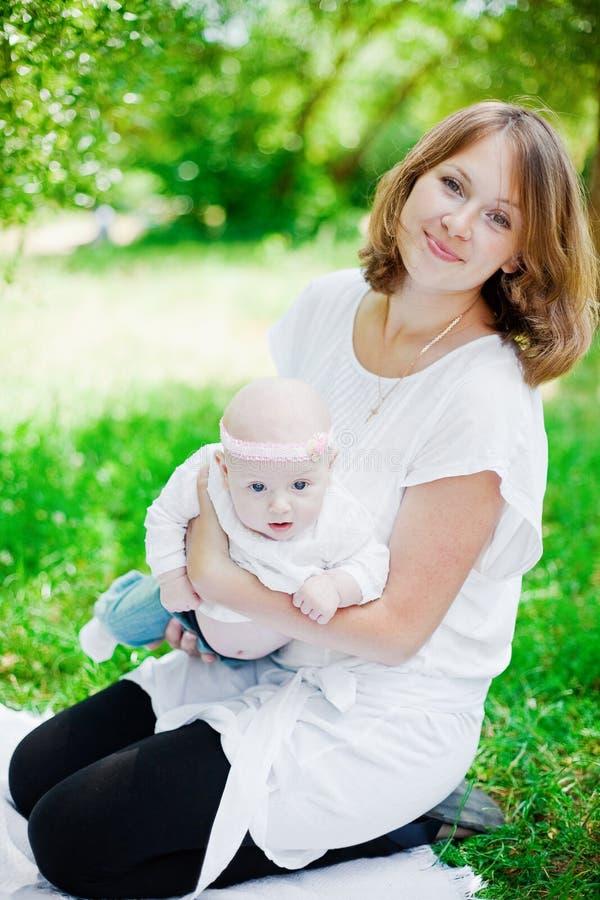 μωρό η μητέρα της έξω στοκ φωτογραφίες με δικαίωμα ελεύθερης χρήσης