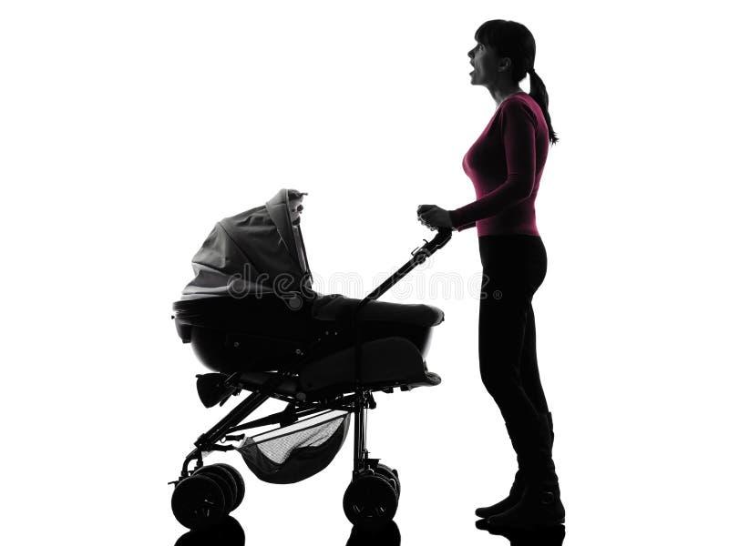 Μωρό καροτσακιών γυναικών που φαίνεται επάνω έκπληκτη σκιαγραφία στοκ εικόνες