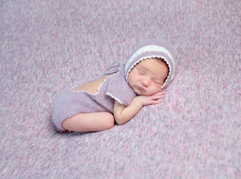 μωρό λίγος νεογέννητος ύπνος στοκ εικόνες