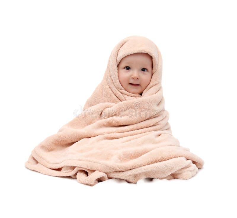 Μωρό μετά από τη συνεδρίαση λουτρών στο κρεβάτι στοκ φωτογραφίες