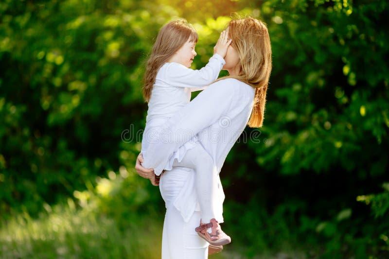 Μωρό με κάτω sydrome απολαμβάνοντας το υπαίθριο παιχνίδι στοκ εικόνα με δικαίωμα ελεύθερης χρήσης