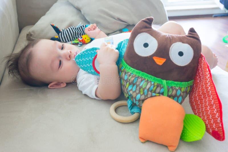 Μωρό με την κουκουβάγια παιχνιδιών στοκ εικόνα με δικαίωμα ελεύθερης χρήσης