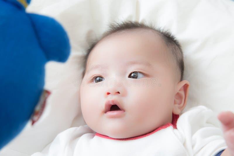 Μωρό με την κούκλα στοκ φωτογραφία με δικαίωμα ελεύθερης χρήσης