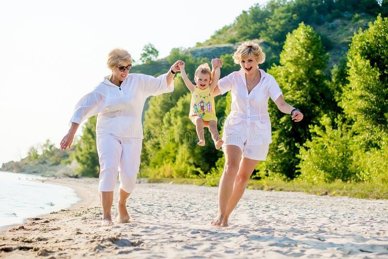 Μωρό, μητέρα και γιαγιά από κοινού στοκ εικόνες