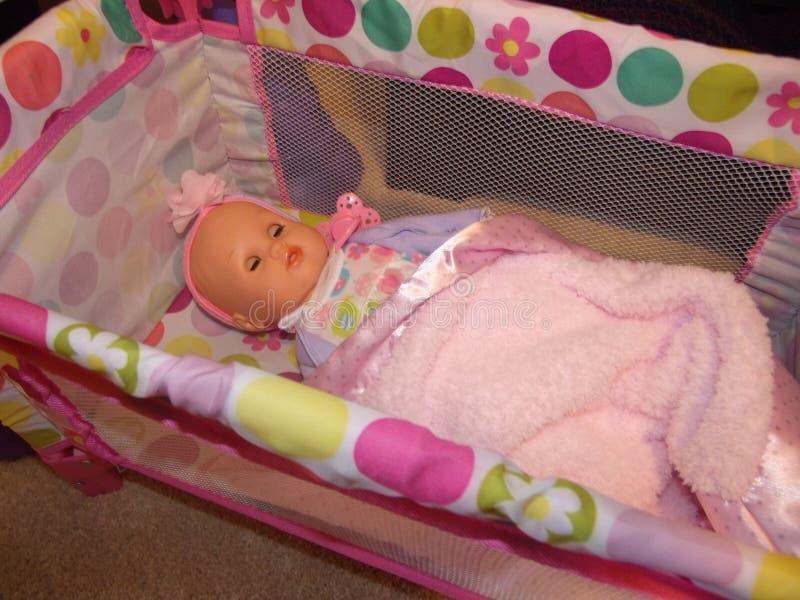 Μωρό - παχνί κουκλών στοκ φωτογραφία