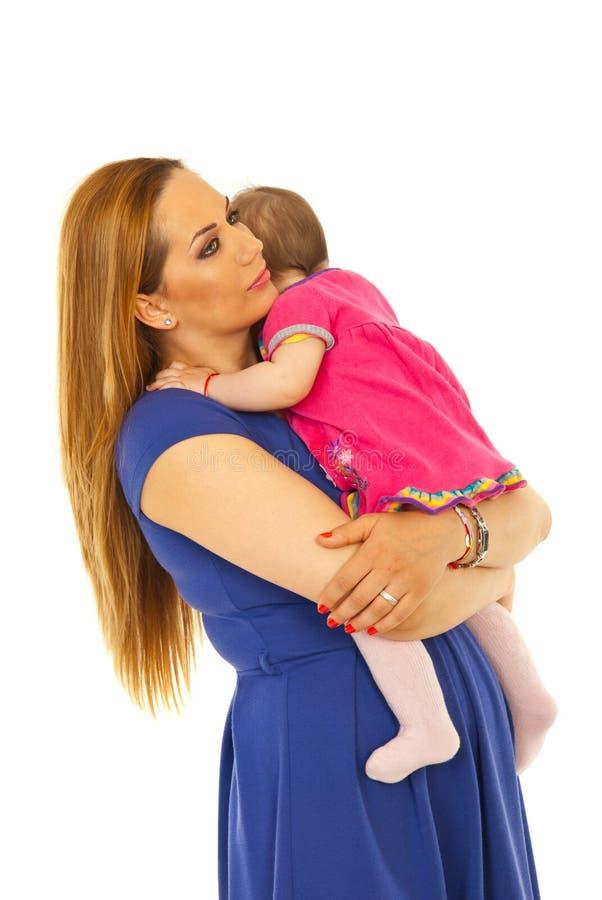 μωρό που αγκαλιάζει το κορίτσι η μητέρα της στοκ εικόνες