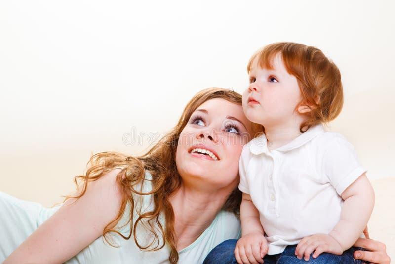 μωρό που ανατρέχει mom στοκ φωτογραφία