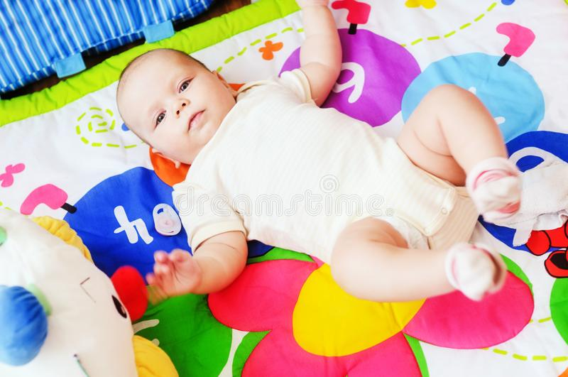 Μωρό που βρίσκεται στην ανάπτυξη της κουβέρτας στοκ φωτογραφία