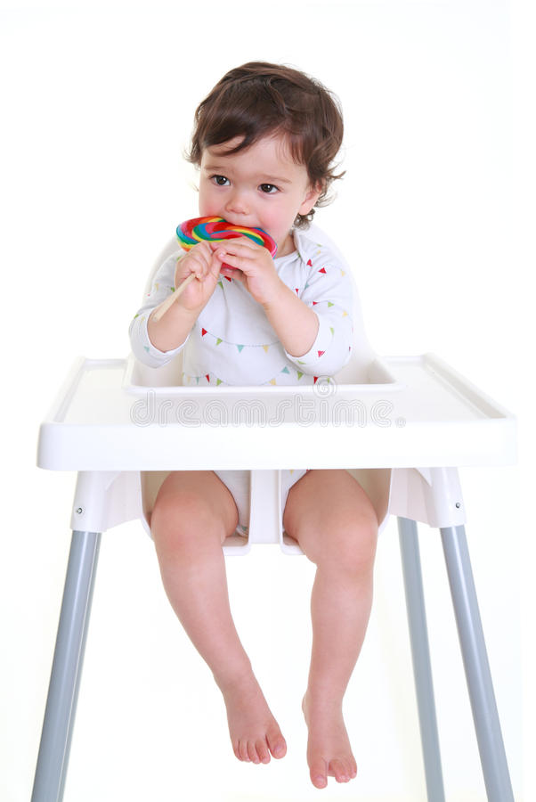 μωρό που δαγκώνει lollypop στοκ εικόνες