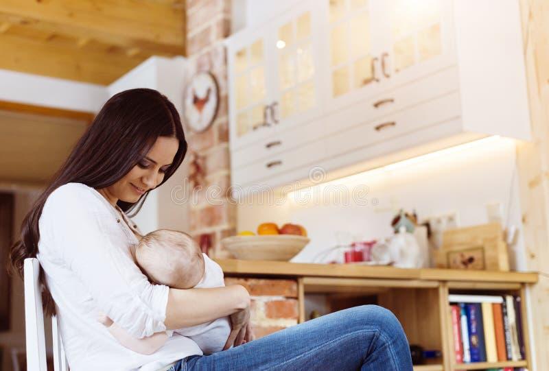 μωρό που θηλάζει τη μητέρα της στοκ φωτογραφία με δικαίωμα ελεύθερης χρήσης