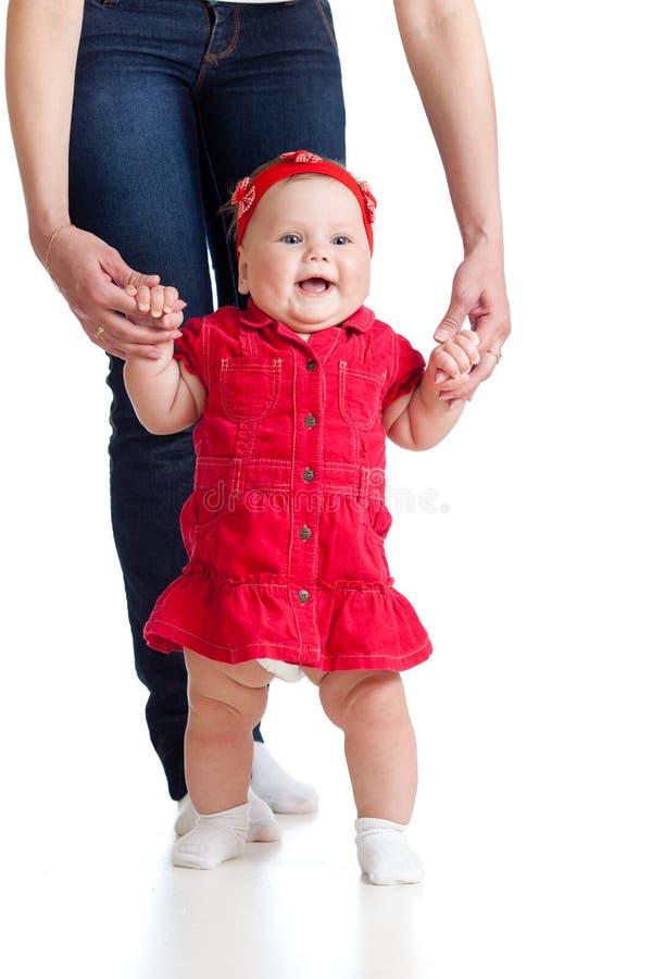 μωρό που κάνει το πρώτο κορίτσι λίγο βήμα μητέρων στοκ φωτογραφίες με δικαίωμα ελεύθερης χρήσης