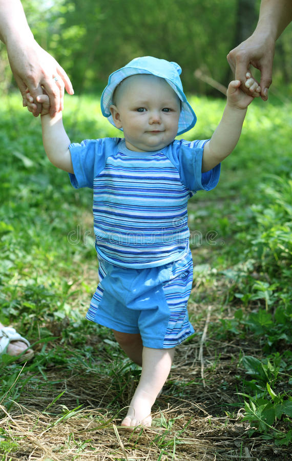 μωρό που μαθαίνει να περπα&t στοκ εικόνες