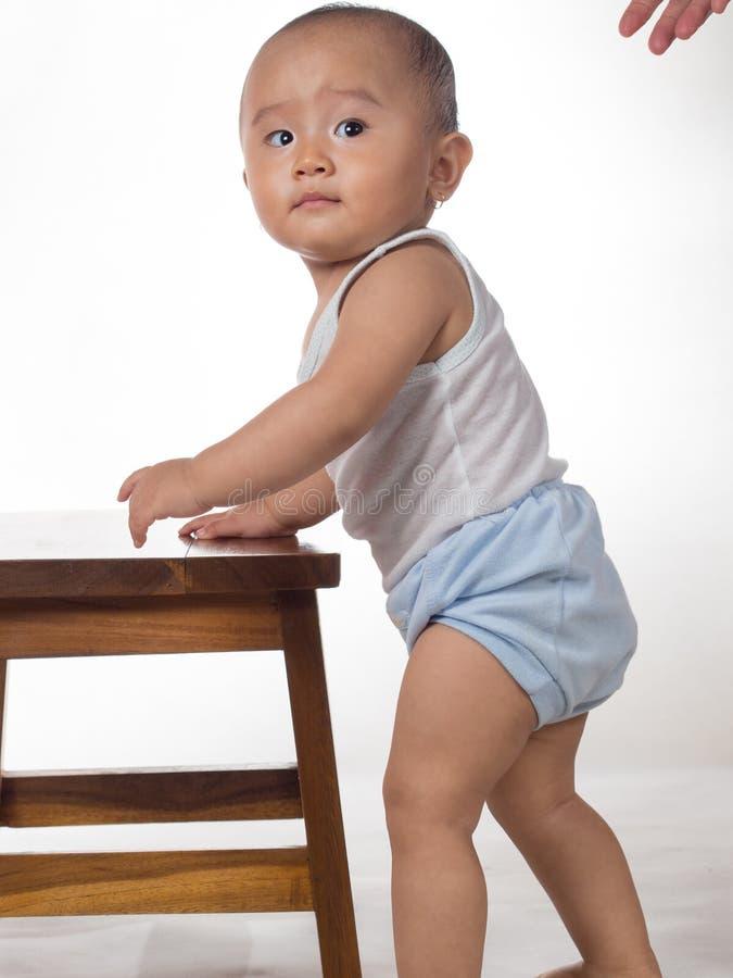 Μωρό που μαθαίνει να στέκεται στοκ φωτογραφία