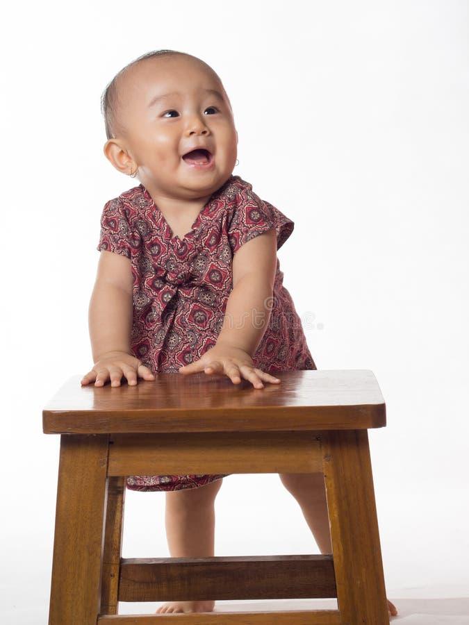 Μωρό που μαθαίνει να στέκεται στοκ εικόνα