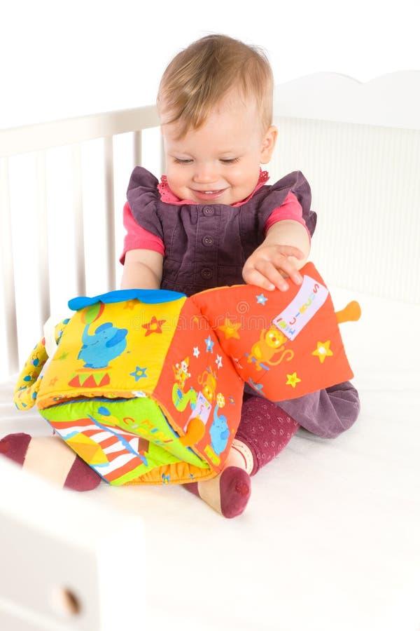 μωρό που παίζει το μαλακό παιχνίδι στοκ φωτογραφίες με δικαίωμα ελεύθερης χρήσης
