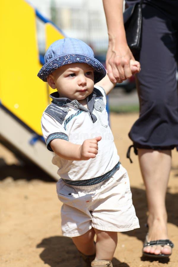 Μωρό που περπατά με τη βοήθεια της μητέρας στοκ φωτογραφία με δικαίωμα ελεύθερης χρήσης