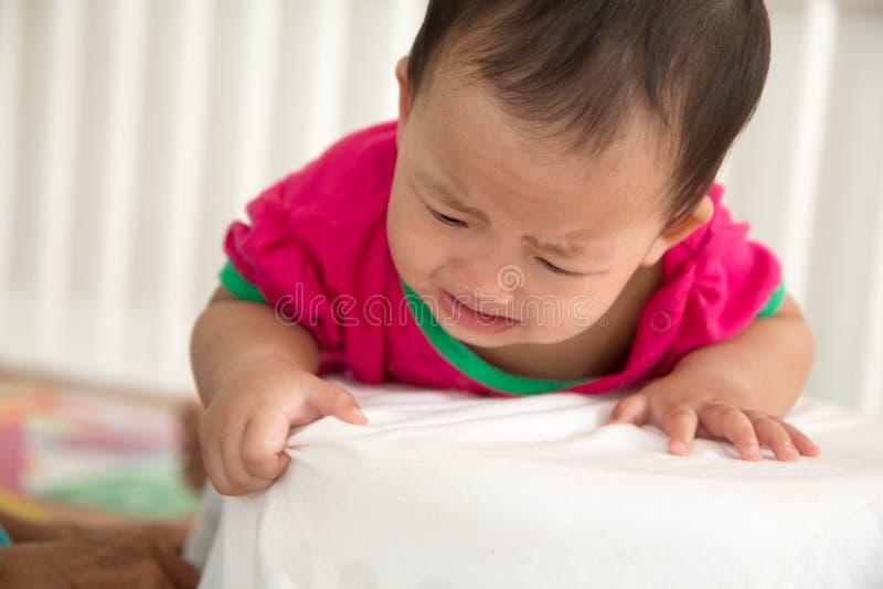 Μωρό που προσπαθεί να μάθει να στέκεται στοκ φωτογραφία