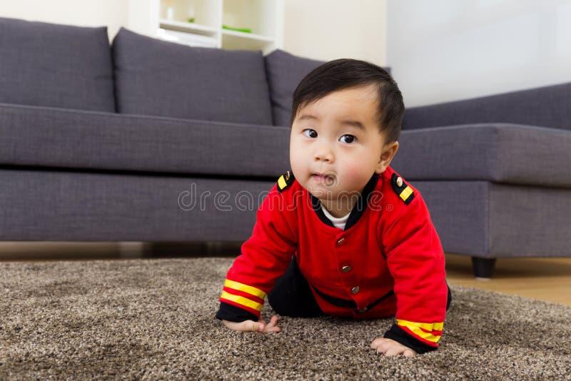 Μωρό που σέρνεται στο σπίτι στοκ φωτογραφία με δικαίωμα ελεύθερης χρήσης