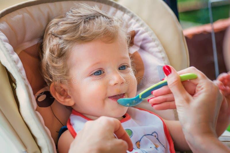 μωρό που ταΐζει τη μητέρα τη&sigm στοκ φωτογραφίες με δικαίωμα ελεύθερης χρήσης