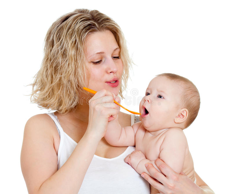 μωρό που ταΐζει το απομονωμένο κουτάλι μητέρων της στοκ εικόνες με δικαίωμα ελεύθερης χρήσης